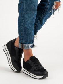 Moderní černé sneakery na platformě