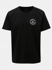 Černé tričko s potiskem a krátkým rukávem Makia Trade