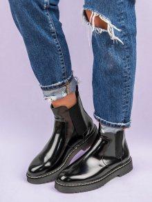 Lakované černé kotníkové boty