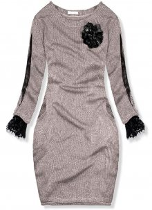 Pudrově růžové šaty s broží