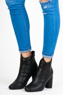 Rozkošné černé koženkové kotníkové boty v originálním designu