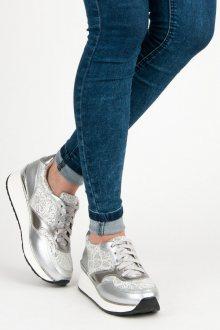 Luxusní stříbrné tenisky s lesklými detaily a šněrováním