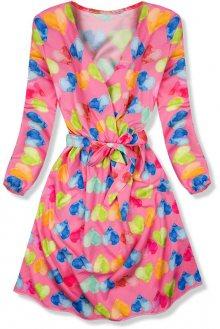 Růžové šaty se srdíčkovým motivem