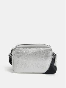 Crossbody kabelka ve stříbrné barvě Calvin Klein Jeans