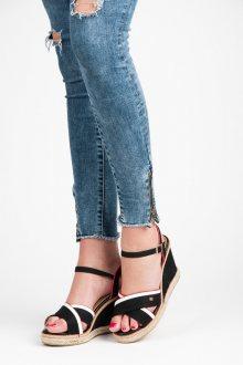 Elegantní černé sandály na klínu