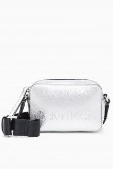 Calvin Klein stříbrná malá kabelka Edge Camera Bag Met Silver