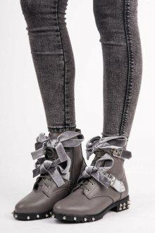 Dokonalé šedé kotníkové boty s mašlí a cvočky