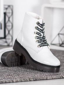 Pohodlné dámské  kotníčkové boty bílé na plochém podpatku