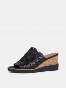 Černé kožené pantofle na klínku Tamaris - 37